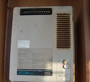 給湯器本体と配管部分の全体の写真