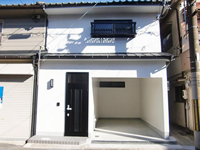 勾配天井を活かして天井高を確保!駐車場付きの現代の暮らしに合った家に。