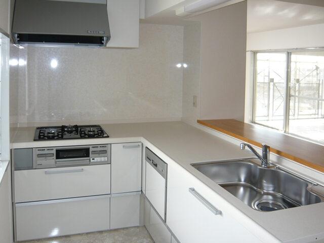 真っ白で掃除がしやすいキッチンへ
